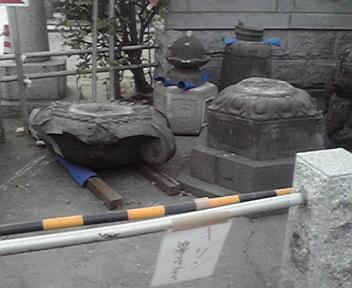 新田神社、石灯籠倒壊